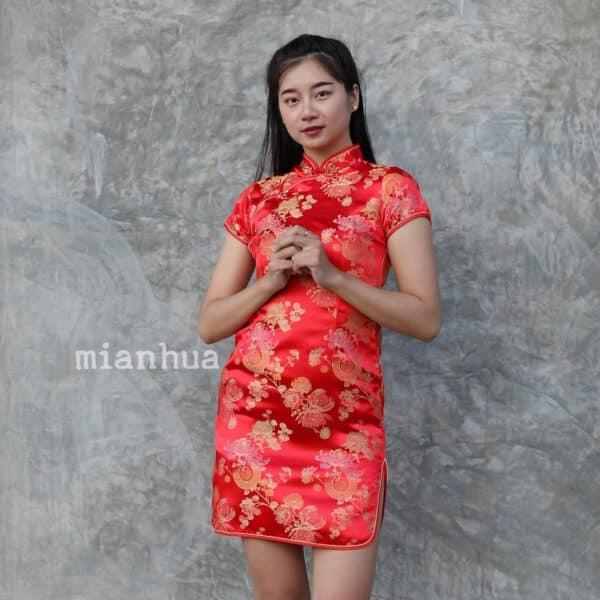 ชุดตรุษจีนผู้หญิง (ชุดกี่เพ้า) แบบสั้น สีแดง ลายดอกเบญจมาศกับเหรียญโชคดี