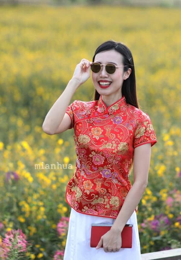 เสื้อตรุษจีนผู้หญิง (เสื้อกี่เพ้า) แขนสั้น สีแดง ลายดอกเหมย ดอกบัว ดอกโบตั๋น