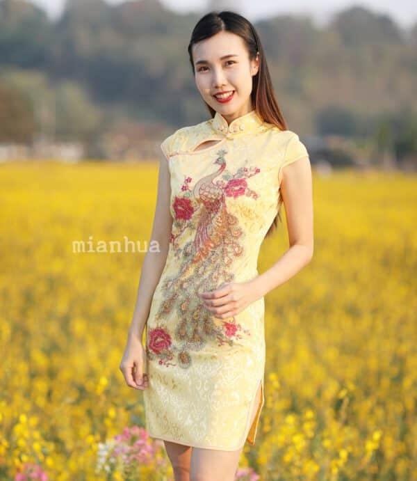 ชุดตรุษจีนผู้หญิง (ชุดกี่เพ้า) แบบสั้น สีเหลืองลายปักนกยูง