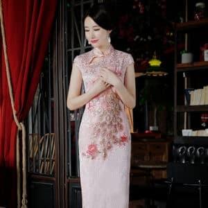 ชุดตรุษจีนผู้หญิง (ชุดกี่เพ้า) แบบยาว สีชมพูลายปักนกยูง