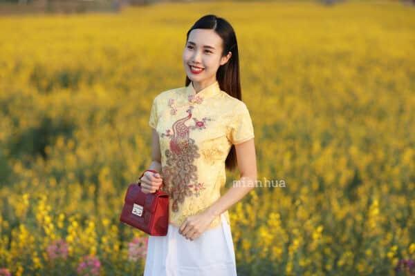 เสื้อตรุษจีนผู้หญิง (เสื้อกี่เพ้า) แขนสั้น สีเหลืองลายนกยูง