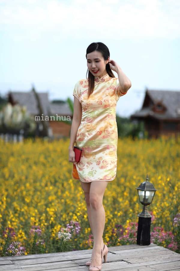 ชุดตรุษจีนผู้หญิง (ชุดกี่เพ้า) แบบสั้น สีทอง ลายดอกเหมยกับเหรียญโชคดี