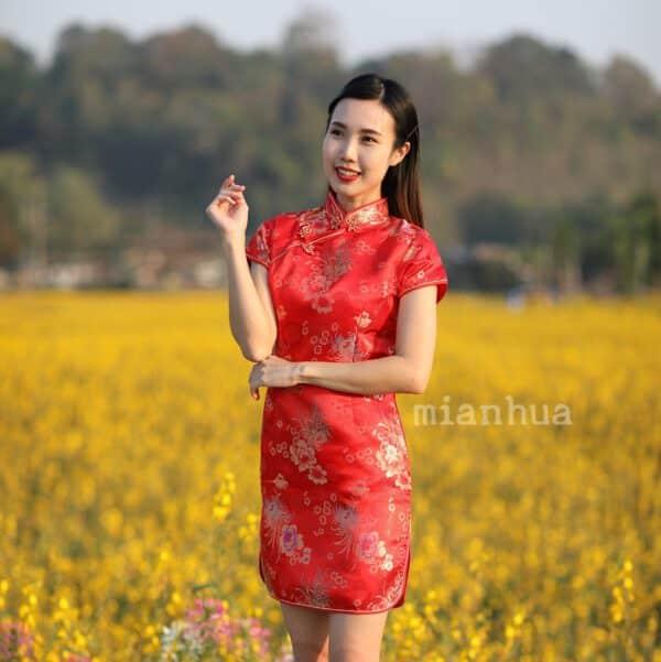 ชุดตรุษจีนผู้หญิง (ชุดกี่เพ้า) แบบสั้น สีแดง ลายดอกเหมยกับดอกเบญจมาศ