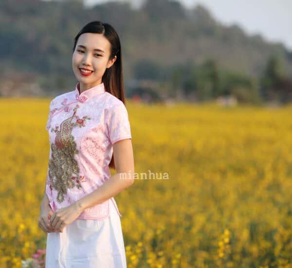 เสื้อตรุษจีนผู้หญิง (เสื้อกี่เพ้า) แขนสั้น สีชมพูลายนกยูง