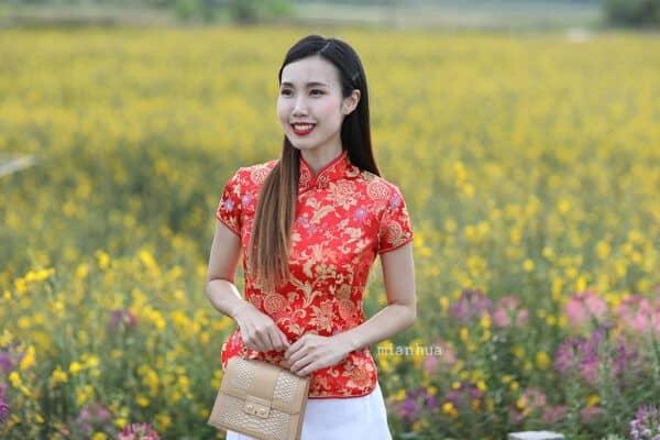 เสื้อตรุษจีนผู้หญิง (เสื้อกี่เพ้า) แขนสั้น สีแดง ลายรวมดอกไม้มงคล