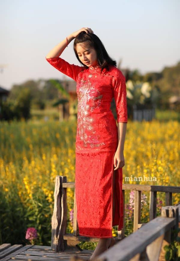 ชุดตรุษจีนผู้หญิง (ชุดกี่เพ้าผู้หญิงแบบยาว) แบบยาว แขนสามส่วน สีแดง ลายนกยูง