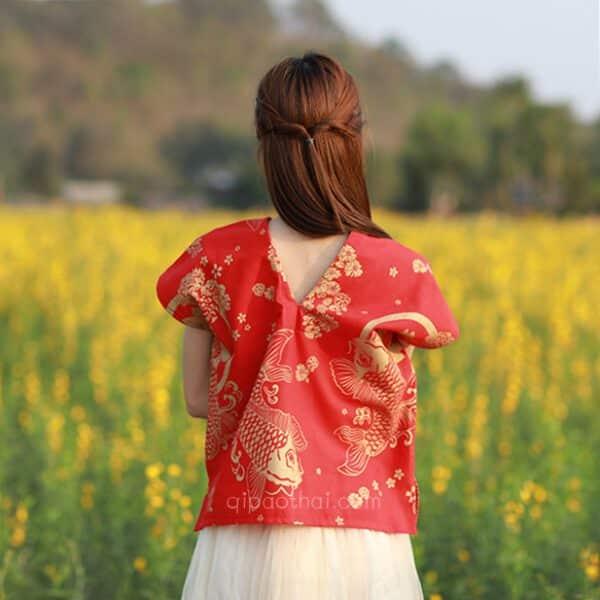 เสื้อตรุษจีนผู้หญิง เนื้อผ้าฝ้าย ทรงวีหน้าวีหลัง สีแดง ลายปลาคาร์ฟ