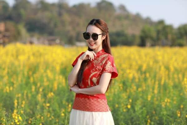 เสื้อตรุษจีนผู้หญิง (เสื้อกี่เพ้า) เนื้อผ้าฝ้าย ทรงคอจีนผ่าเฉียง สีแดง ลายปลาคาร์ฟ